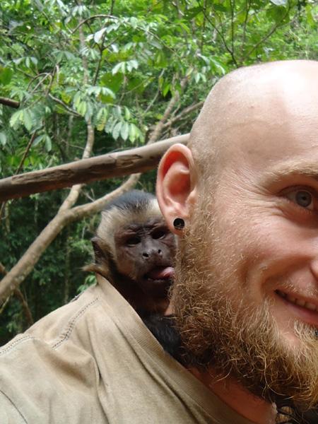 Lukáš Čech s opičkou kapucín Chiquitino, dobrovolníčenie v džungli v Peru