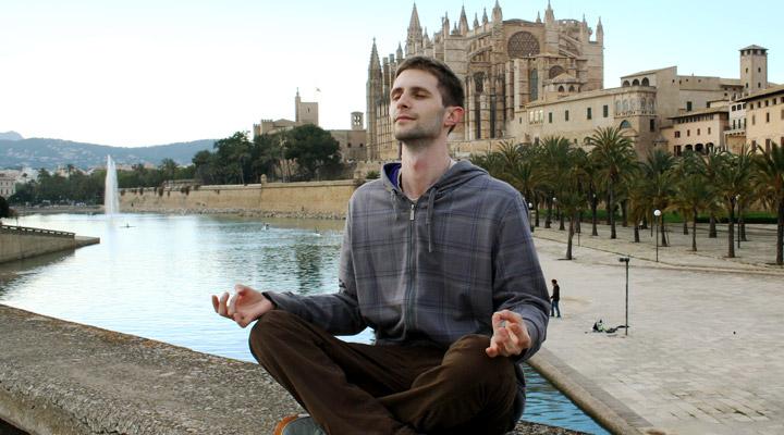 Lubo Jurík medituje v meste Palma na Malorke