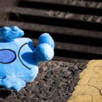 Detská hračka so smutným výrazom v tvári leží na ulici