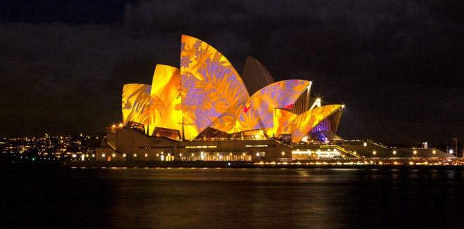 Opera v Sydney osvetlená počas festivalu Vivid Sydney