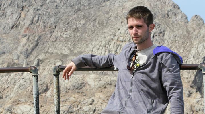Lubo Jurík zamyslene sediaci na vrchole pohoria na Malorke