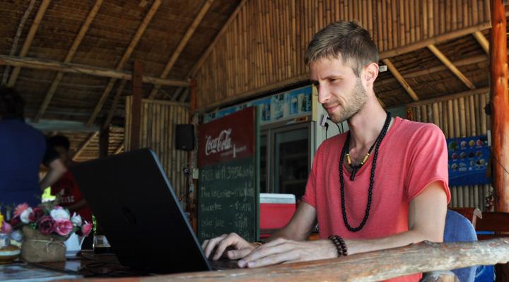 Lubo Jurík bloguje zo svojho laptopu z reštaurácie v Thajsku