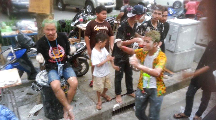 Thajci oslavujúci thajský nový rok Sonkrán