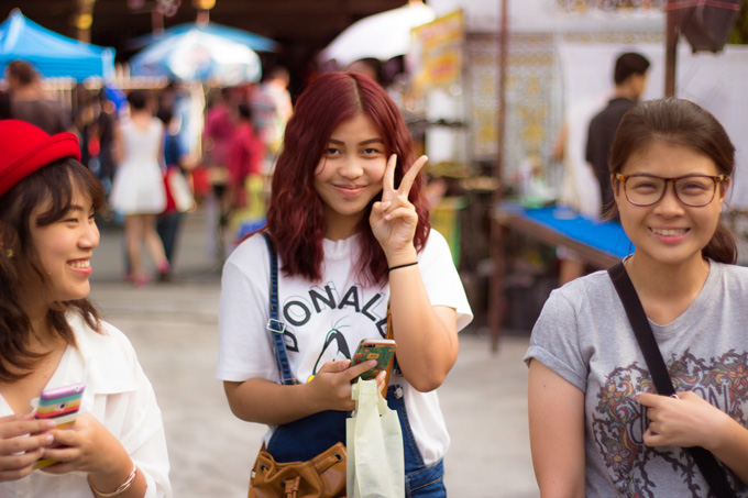 Thajské dievčatá na trhu v Chiang Mai v Thajsku