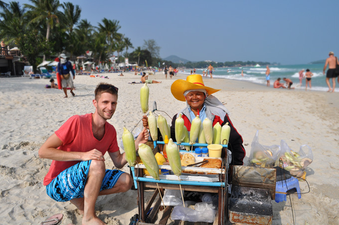 Milá teta na pláži na ostrove Koh Samui