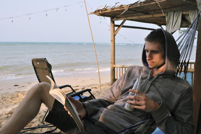 Pláž, sieť, kniha a sójový nápoj, skvelá kombinácia