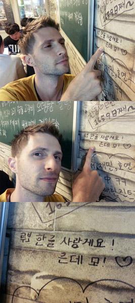 Praktizovanie písania v kórejčine na stenu reštaurácie
