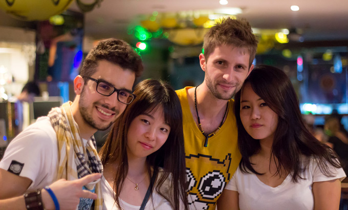 Európania a Kórejčanky v jazykovej kaviarni v Busane, v Kórei