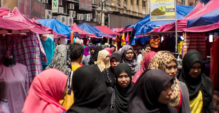 Moslimské ženy počas sviatku Ramadán na moslimskom trhu v Kuala Lumpur
