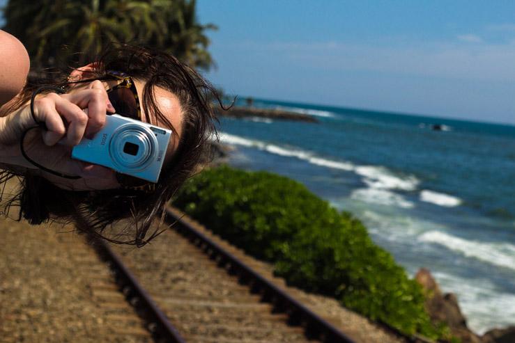 Cesta vlakom na Srí Lanke popri pobreží