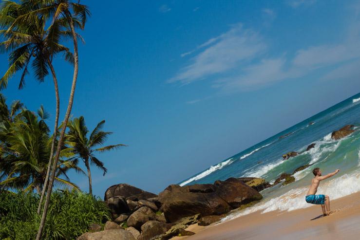 Cvičenie na pláži na Srí Lanke