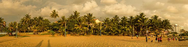 Panoráma srílanskej pláže pri západe slnka