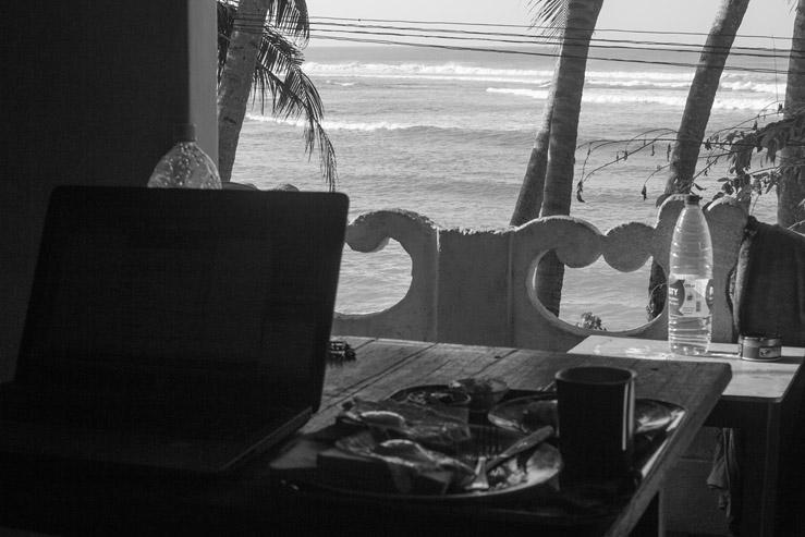 Práca na počítači s výhľadom na more