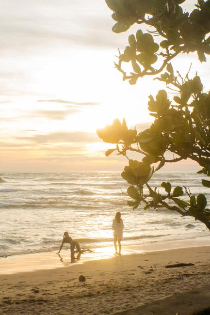 Ruské turistiky sexi pózujú na pláži Srí Lanky