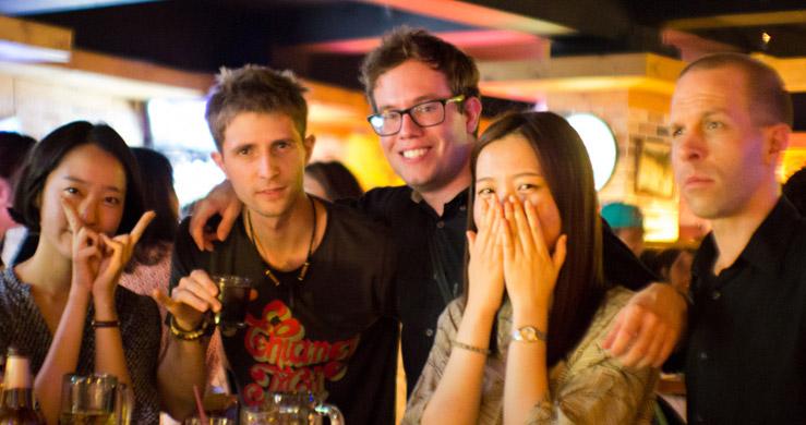 S kamarátmi v bare, Busan, Južná Kórea