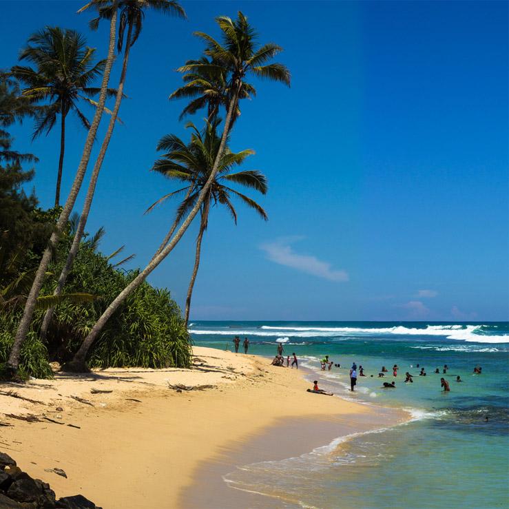 Srílančania sa radi kúpu na pláži