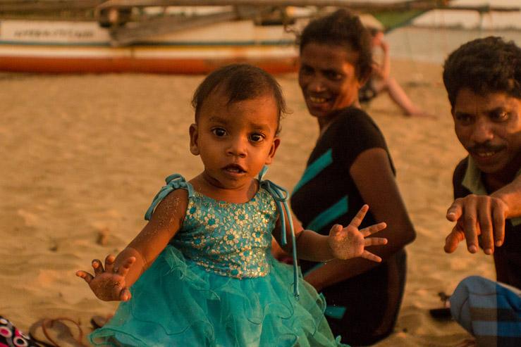 Srílanská rodina s dcérkou na pláži