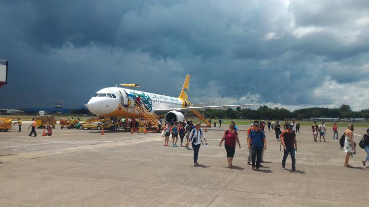 Výstup z lietadla na ostrove Cebu na Filipínach