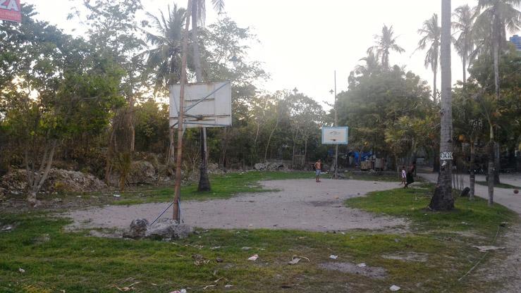 Národným športom na Filipínach je basketball. Niektoré ich ihriská však vyzerajú aj takto.