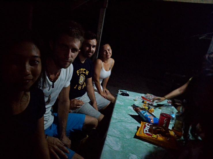 S našimi filipínskymi kamošmi a kamoškami večer na pláži
