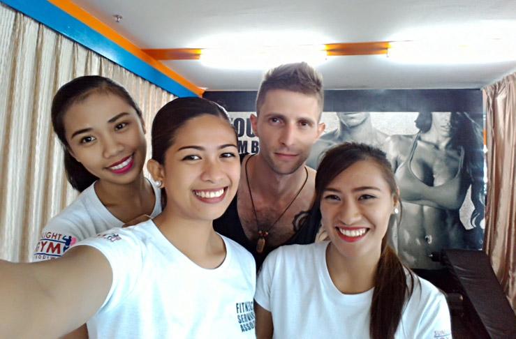 Krásne a vždy slušné Filipínky v posilňovni na ostrove Palawan na Filipínach