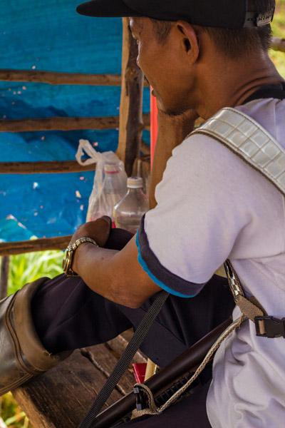 Ochrankár na pristávacej dráhe medzinárodného letiska v Puerto Princesa, Palawan, Filipíny